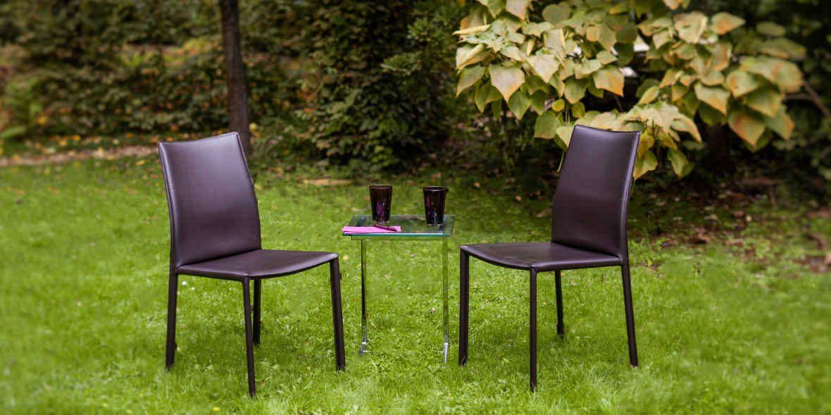 Coaching Susanne Volmari Zwei Stühle im Garten des Studios in Krefeld